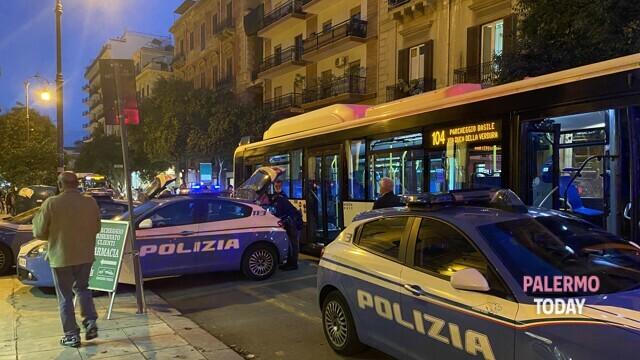 Via Dante, a passenger without a mask attacks the driver Amat thumbnail