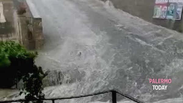 Nubifragio su Gangi, frane e allagamenti: chiusa la strada statale 120 | VIDEO