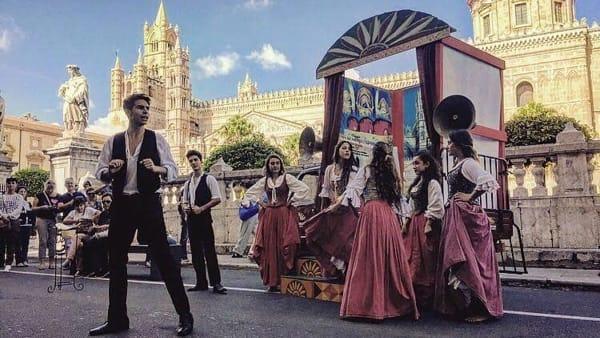 I picciotti della lapa del Ditirammu, gli artisti di strada sul palco del teatro Orione