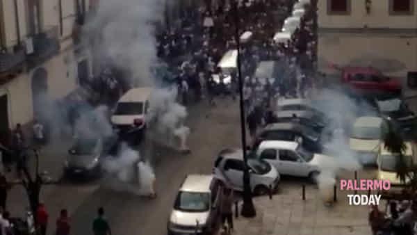La bara bianca, la musica e i fuochi d'artificio: alla Kalsa il funerale di Montesano | VIDEO