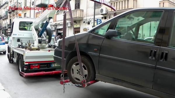 Marciapiedi ostaggio dell'inciviltà, vigili e carrozzine in missione: rimosse sei auto | VIDEO