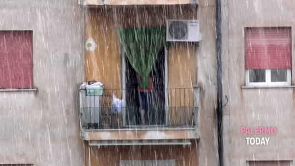 Pioggia e tuoni sulle vacanze d'agosto, acquazzone a Palermo: strade come fiumi | VIDEO
