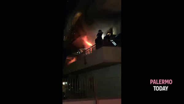 Casa a fuoco, la polizia sfida le fiamme per salvare donna intrappolata | VIDEO