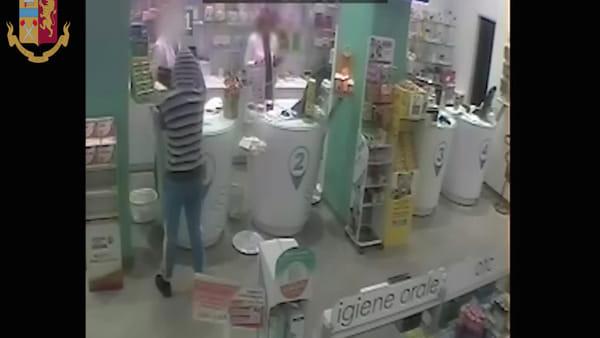 VIDEO | Zisa, l'assalto in farmacia con una pistola giocattolo: le immagini della rapina