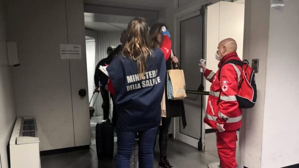Controlli all'aeroporto Falcone Borsellino