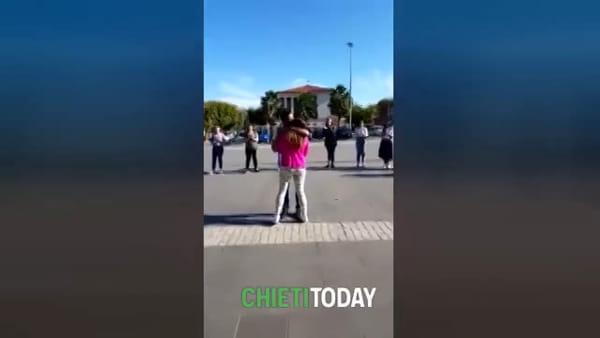 Il comandante di polizia stradale e la proposta di matrimonio con un flash mob | VIDEO