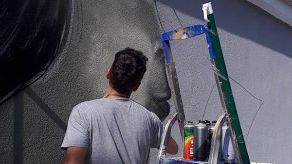 L'artista al lavoro a Cinisi-2