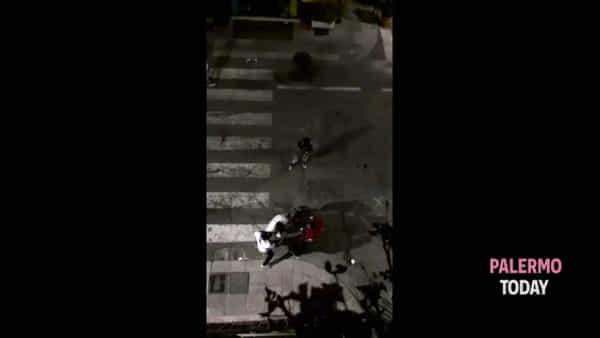VIDEO | Scene da far west nella notte in via Maqueda: rissa a bottigliate in mezzo alla strada