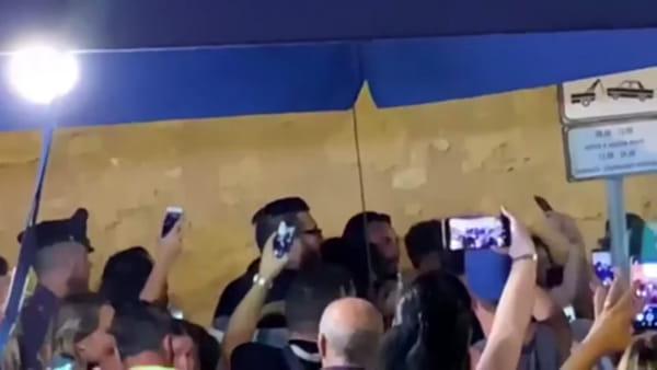 Tony Colombo in vacanza a Palermo, accoglienza da rockstar a Mondello | VIDEO