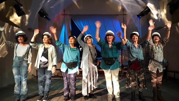 """""""Sei personaggi in attesa di sbarco"""", lo spettacolo sul palco del Centro Amazzone"""