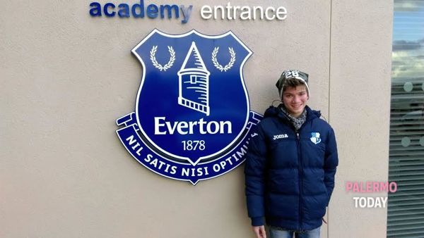 Marco Matranga davanti alla sede dell'Everton