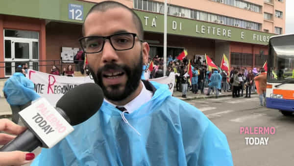"Borse di studio negate, universitari in corteo (con le tende) fino all'Ars: ""Lasciateci studiare qui"" 