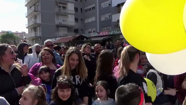 Bimbi e genitori in corteo dietro al carro di cartapesta: a Brancaccio sfila il Carnevale | VIDEO