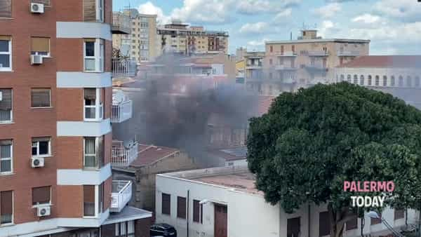 VIDEO | Incendio in via Aloisio Juvara, fiamme in un deposito
