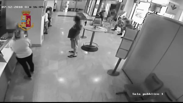 Il balzo, il pugno in faccia e la rapina alle Poste: colpo ripreso dalle telecamere | VIDEO