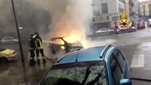 VIDEO | Piazza Virgilio, auto va a fuoco mentre guida: paura per una donna, l'intervento dei vigili del fuoco