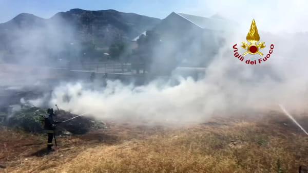 VIDEO | Paura allo Zen, incendio in un terreno: fiamme minacciano parcheggio del Conca d'Oro