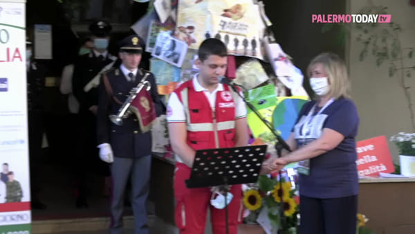 VIDEO | Falcone, la folla che non ti aspetti: silenzio da brividi, medici e rider leggono i nomi delle vittime