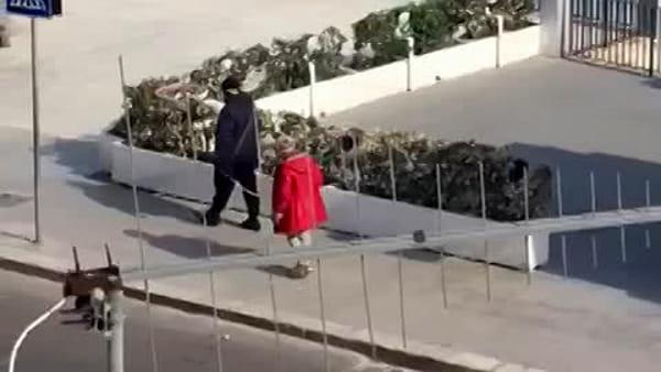 VIDEO | Coronavirus, coppia di anziani passeggia a Mondello col metro in mano per mantenere la distanza