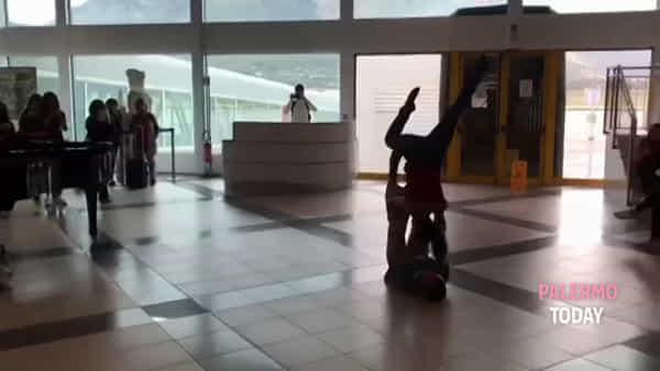 Spettacolo all'aeroporto: un pianista e due passeggeri incantano tutti | VIDEO