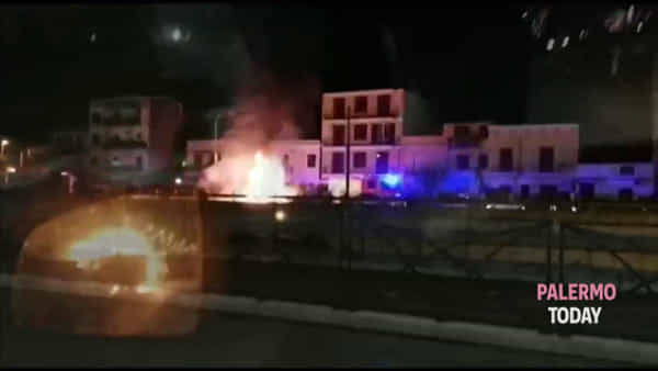Viale Regione, auto divorata dalle fiamme all'altezza di via Pitrè | VIDEO