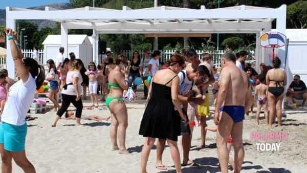 Giochi, balli e sfide: nella spiaggia di Mondello inaugura l'area per bambini