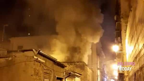 VIDEO | Incendio al Capo, fiamme devastano ex falegnameria