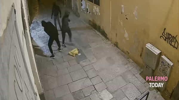 Un'ora di mazzate contro la vetrina della gioielleria Cipolla: la banda in azione | VIDEO