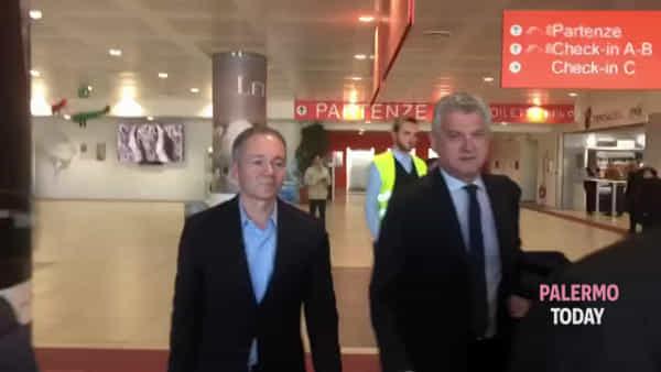 Gli inglesi sbarcano a Palermo, Platt e Richardson arrivano in aeroporto | VIDEO