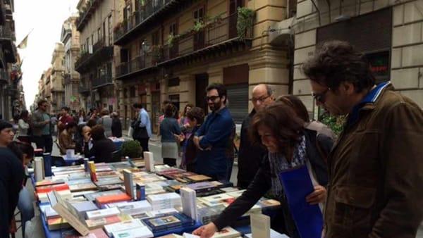"""Torna """"La via dei librai"""", il Cassaro Alto diventa una libreria a cielo aperto"""