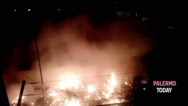 Rifiuti e incendi allo Zen, il degrado del quartiere dall'alba al tramonto | VIDEO