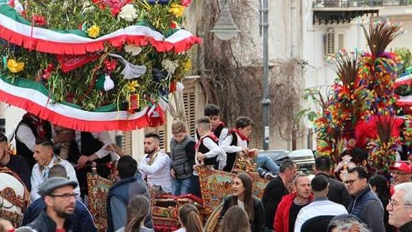 A Terrasini torna la Festa di Li Schietti: scapoli alle prese con l'alzata dell'albero