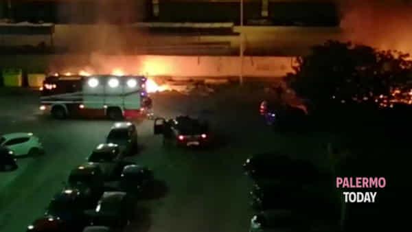 Rifiuti in fiamme da Brancaccio a Tommaso Natale, nottata rovente per i vigili del fuoco | VIDEO