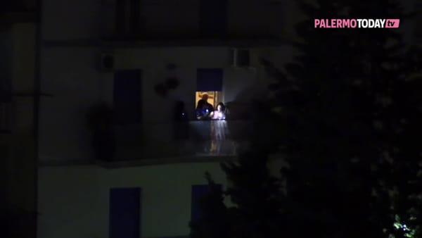 VIDEO | Torce, petardi, trombette da stadio e fuochi d'artificio: Palermo si illumina contro il Coronavirus