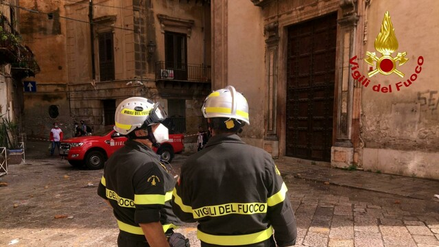 Ballarò, rubble falls from the Origlione church and ends up on parked cars thumbnail