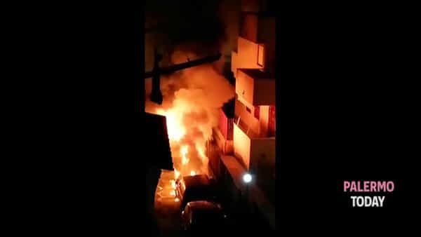 Notte di fuoco alla Zisa: auto incendiate, le esplosioni svegliano i residenti | VIDEO