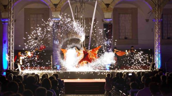 Teatro del fuoco, lo spettacolo all'insegna della luce sul palcoscenico del Verdura