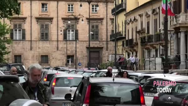 Mafia, colpo alla cosca di Carini: l'uscita degli arrestati dalla Questura | VIDEO