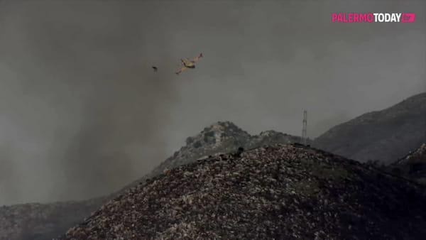 VIDEO | Notte squarciata dagli incendi a Monte Cuccio, fiamme alimentate dal vento