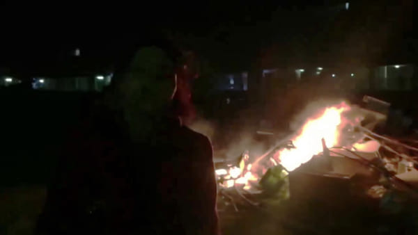 """VIDEO   Ancora incendi di rifiuti allo Zen, residenti esasperati bloccano la strada: """"Stanchi di vivere così"""""""