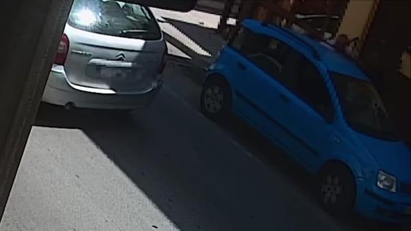 Picchiato in strada e poi rapito per uno sguardo di troppo a una ragazza: le immagini | VIDEO