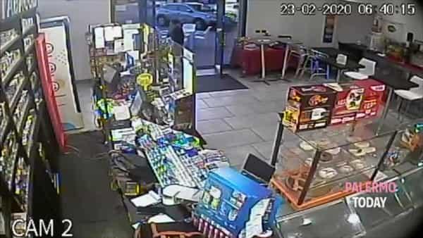 VIDEO | Viale Regione, rapina al bar La coccinella: l'assalto in diretta