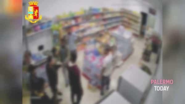 VIDEO | La spedizione punitiva nel market dei cingalesi: le immagini del pestaggio