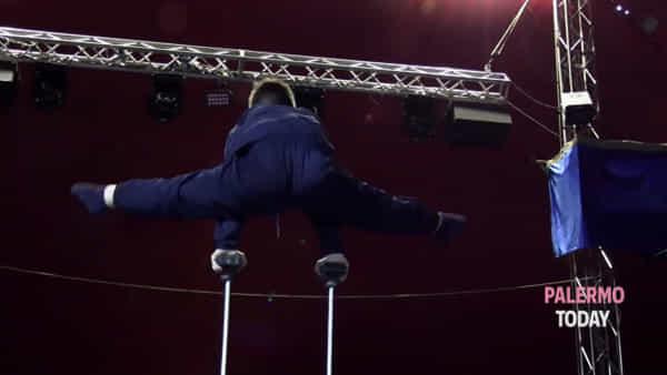 VIDEO | Al circo c'è il bimbo dei record: le imprese di Gabriel, trapezista di 9 anni che vola nell'aria
