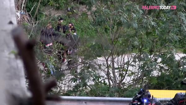 VIDEO | Giovane scomparso trovato morto sotto il ponte di via Oreto, le immagini