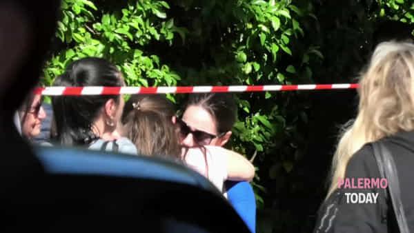 Maxi blitz antidroga, l'uscita degli arrestati: abbracci e lacrime davanti alla Questura | VIDEO