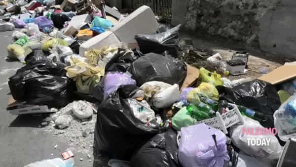 Cento metri di rifiuti e ingombranti, via Paruta è diventata una discarica | VIDEO
