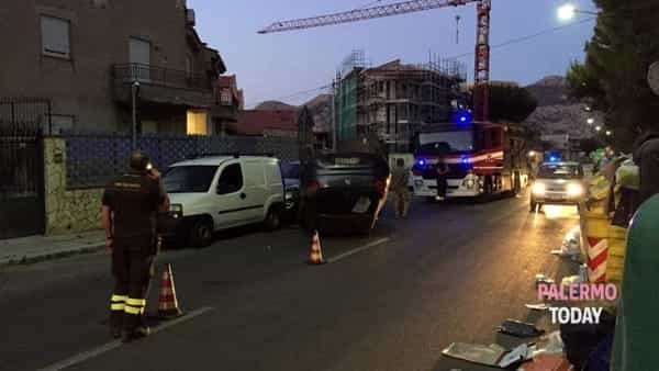 Incidente in via San Lorenzo, perde il controllo dell'auto e si ribalta: paura per una donna