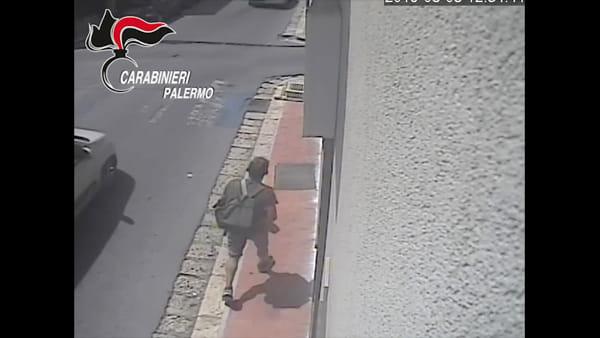 Il finto cliente alle Poste, lo scatto in scooter e la rapina: le immagini degli assalti | VIDEO