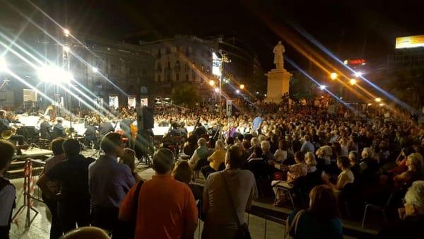 Musica in piazza, l'Orchestra Sinfonica Siciliana suona davanti al Teatro Politeama